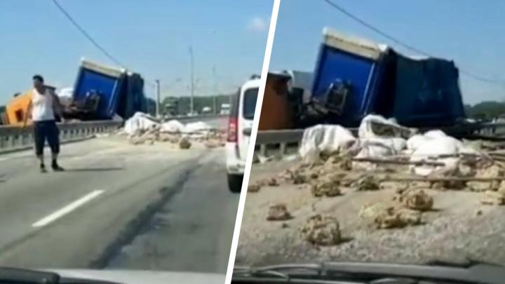 На трассе М-5 в Челябинской области фура попала в ДТП, груз из нее рассыпался по дороге