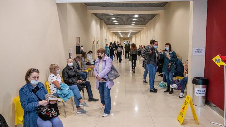 Новосибирцы застряли в многочасовых очередях за вакциной, которой почти не осталось — 10 снимков из разных ТЦ