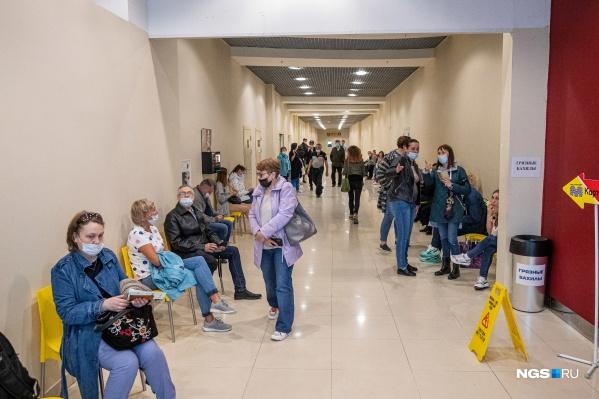 Большая часть ожидающих вакцину в «Сан-Сити» не соблюдает социальную дистанцию