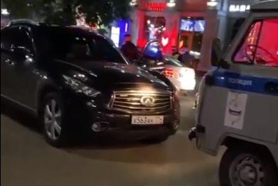 Иномарка каталась по пешеходной зоне