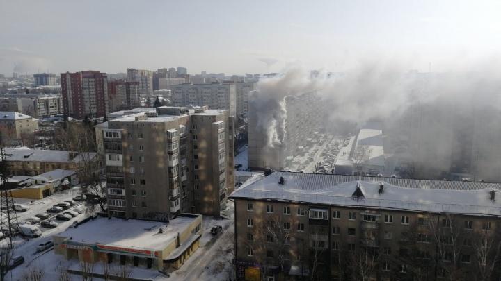 Дым валил из окон квартиры: на Доме Обороны в Тюмени случился пожар в многоэтажке