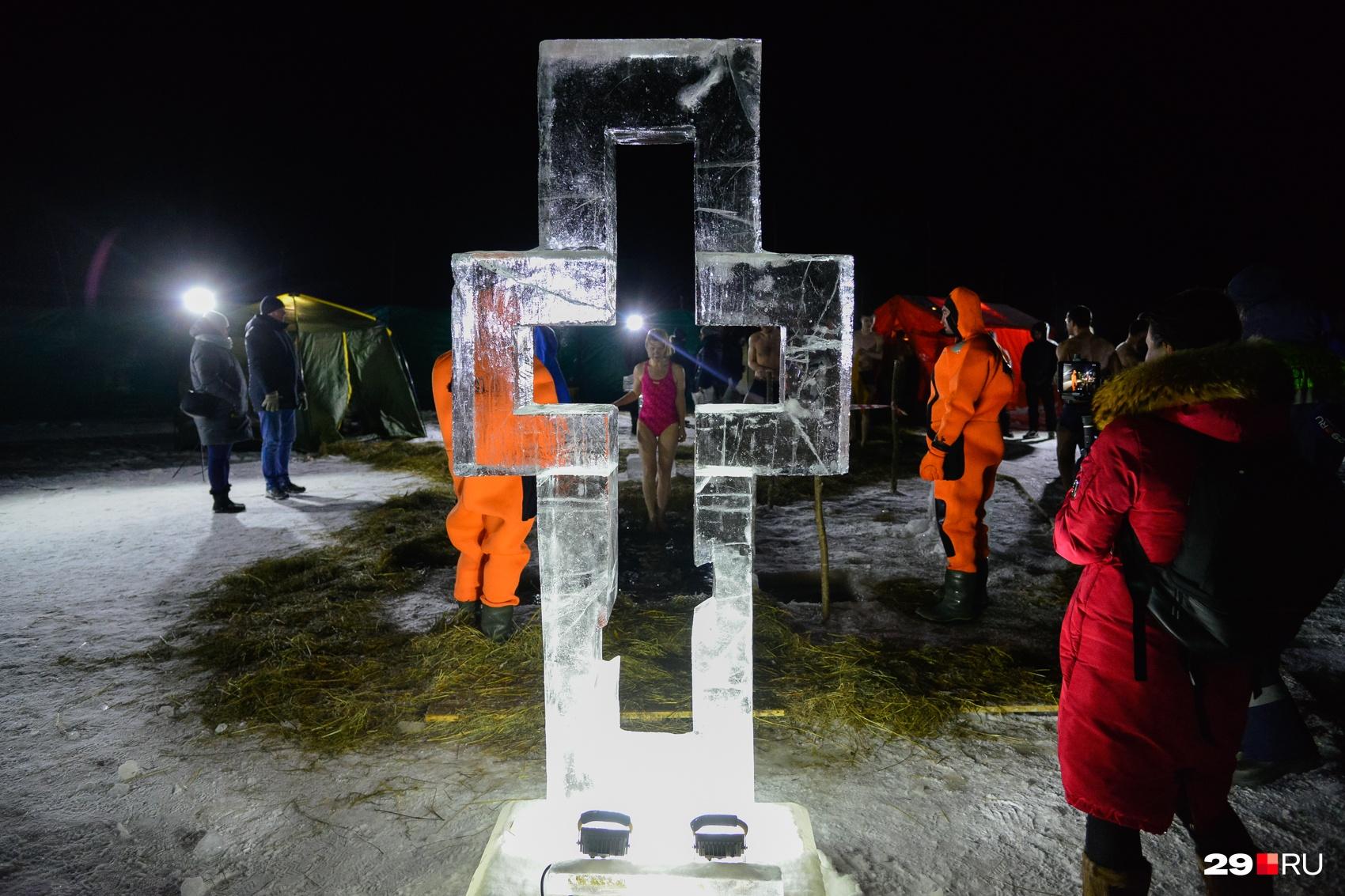 Как и в предыдущие годы, изо льда Северной Двины выпилили прозрачный крест