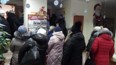 «Странно и обидно»: толпа новосибирцев устроила скандал в соцзащите Ленинского района из-за подарков
