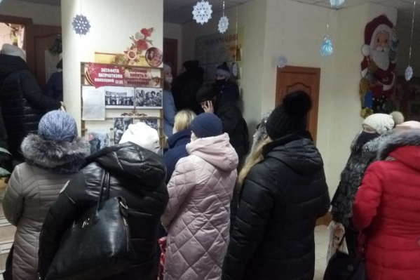 Люди несколько часов простояли в очереди, но подарки детям так и не получили