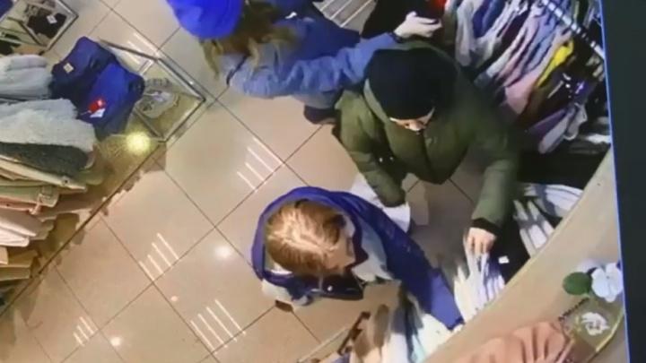 В торговом центре Екатеринбурга женщина обокрала покупательницу: инцидент попал на видео