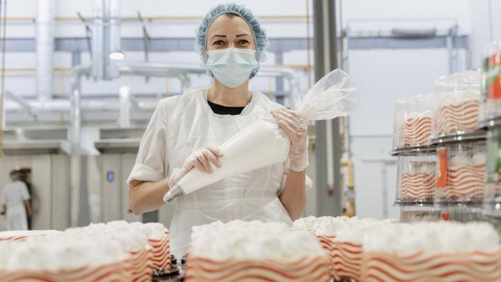 Проникли на кондитерскую фабрику: как на самом деле пекут торты в Челябинске