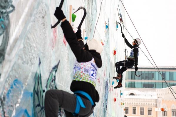 Участники соревнований забирались на стену в специальной экипировке