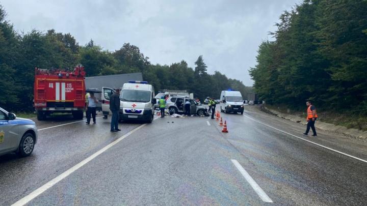 На мокрой дороге занесло: на Кубани в ДТП погибли мужчина и ребенок, девочка в автокресле выжила