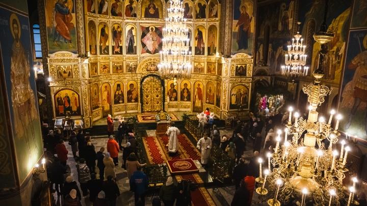 Рождество в эпоху коронавируса: большой фоторепортаж из кемеровского собора