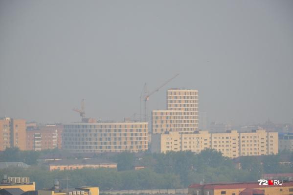 Власти сообщают о сокращении площади природных пожаров в Тюменской области, между тем столицу затянуло дымом