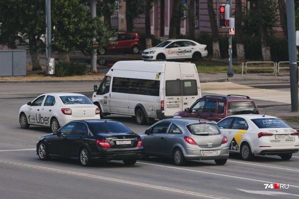 Пассажиры жалуются, что расходы на такси бьют по карману