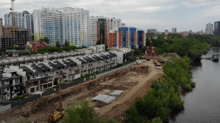 Строители установили металлическую опалубку новой набережной на улице Шмидта