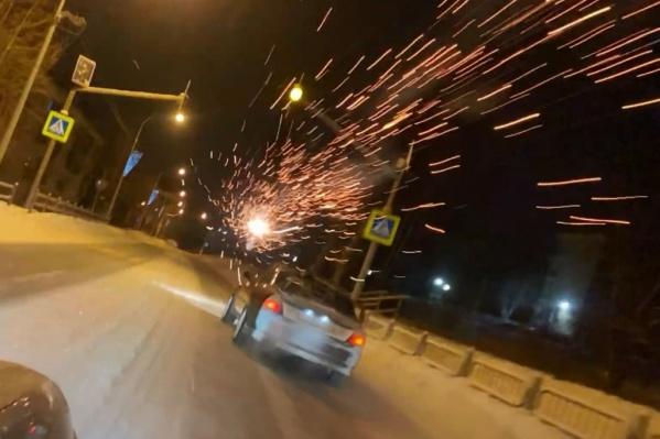 Во время гонок в автомобили стреляли из фейерверков