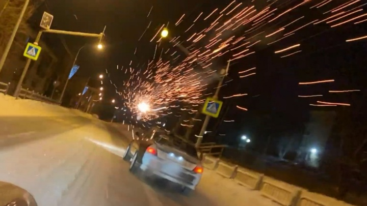 Расстреляли иномарку фейерверками: в закрытом городе на Урале устроили опасные гонки с заносами