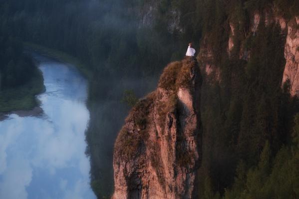 Пермский фотограф Александр Чазов снял девушку в белом платье на вершине Чёртова пальца