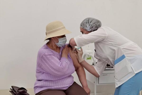 "В курганских ТРЦ открыли два пункта вакцинации от <nobr class=""_"">COVID-19</nobr>"