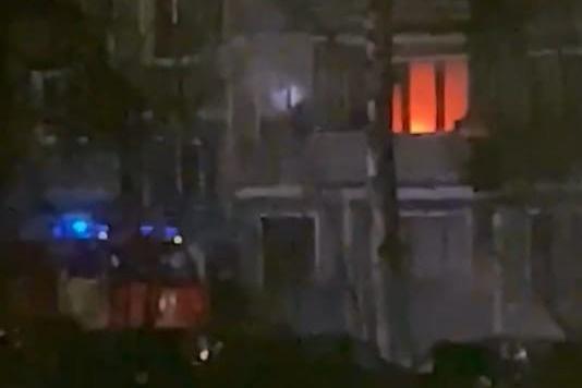 Пожарные выкидывали вещи из окон