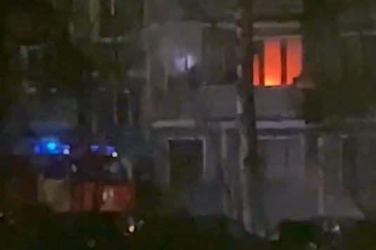 «Спасатели выкидывали вещи с балкона»: в Ярославле из полыхающей квартиры вынесли обгоревшего жильца