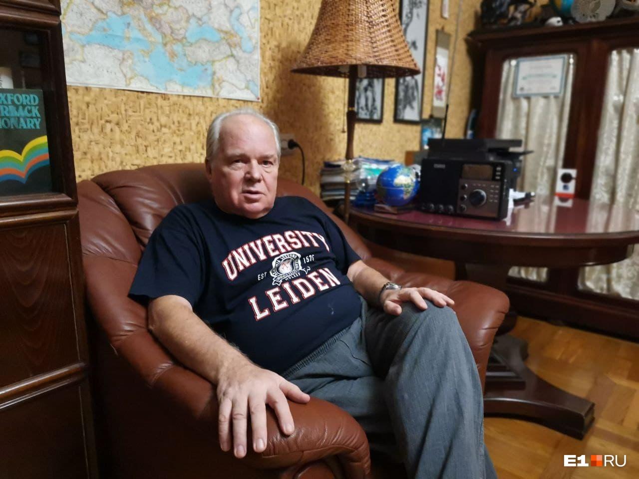 Михаил Виссарионович живет в этой квартире с 1979 года и переезжать не планирует