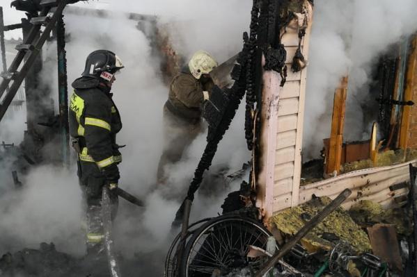 К моменту прибытия пожарных дачный дом горел открытым огнем