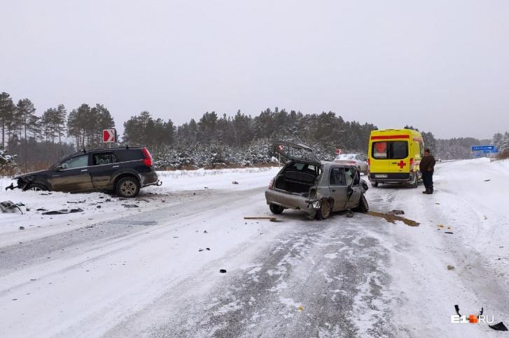 Водители чудом выжили в лобовом столкновении на трассе