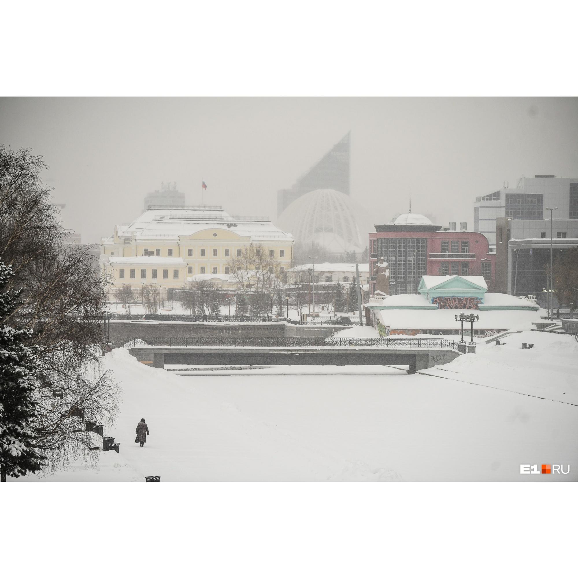 Вид на заснеженную резиденцию полпреда в УрФО с Плотинки
