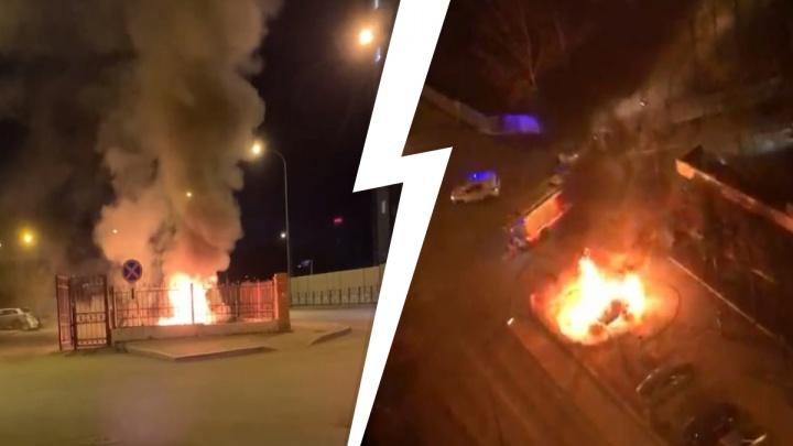 «Внутри что-то взрывалось»: ночью в Екатеринбурге сгорел внедорожник Lexus. Видео