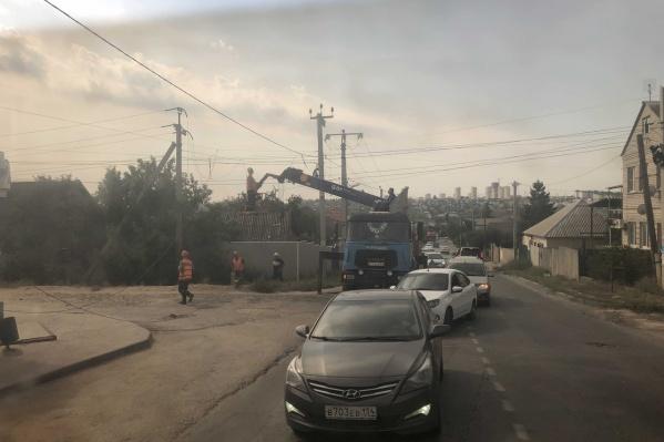 Водители вынуждены объезжать транспорт рабочей бригады