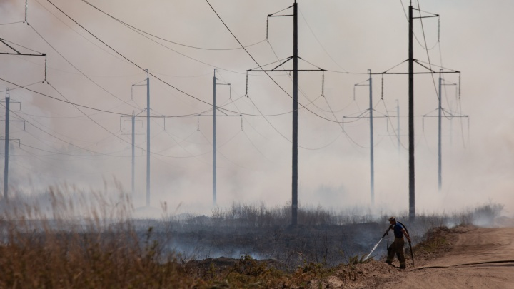 Огонь прошел под ЛЭП и добрался до могил — фоторепортаж с лесного пожара, который видела вся Тюмень