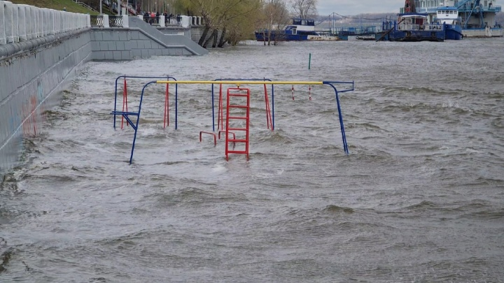 На набережной у «Ладьи» детская площадка ушла под воду