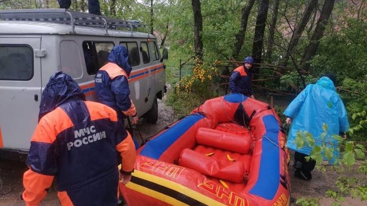 В Адыгее троих туристов унесло течением реки, когда они фотографировались
