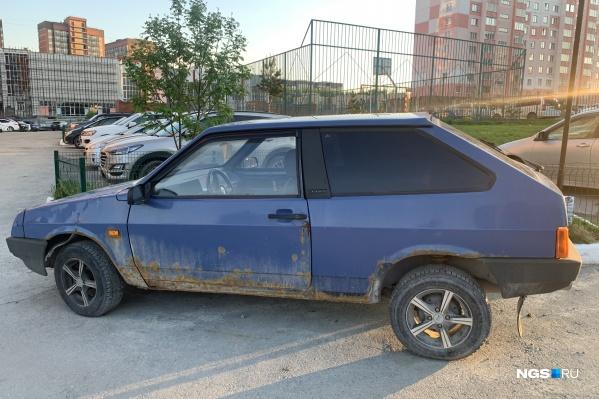 Эта машина не только портит двор своим видом, но и мешает местным жителям