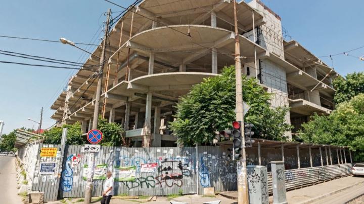 В центре Краснодара достроят заброшенный торговый центр