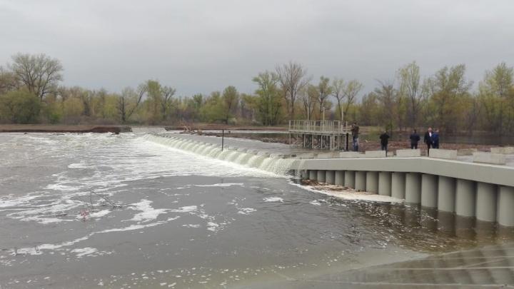 «Это непредсказуемая стихия»: чиновники рассмотрели подмытую плотину под Волгоградом
