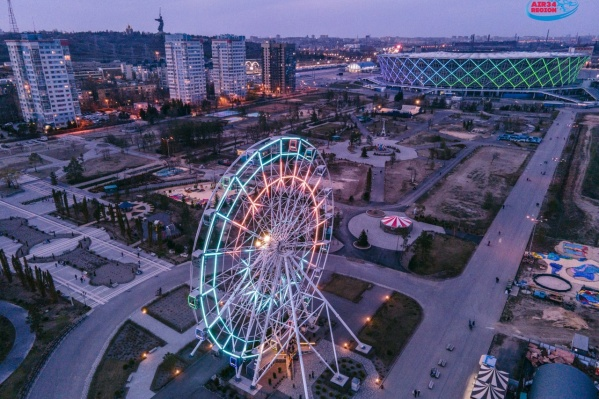 Теперь колесо переливается яркими цветами синхронно со стадионом