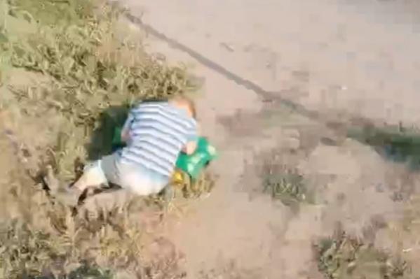 Мальчик гулял один, а потом уснул у самого края дороги