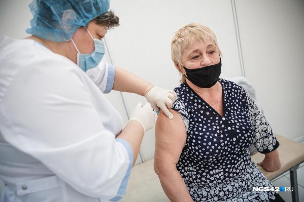 """В Кузбассе первую прививку от коронавируса поставили уже больше <nobr class=""""_"""">15 тысяч</nobr> человек"""