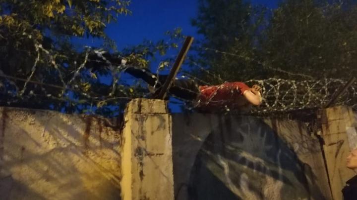 В Свердловской области мужчина попытался попасть в закрытый город через забор, но застрял в проволоке