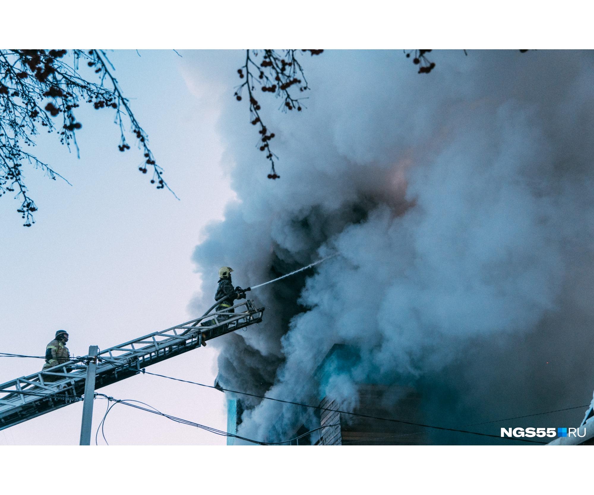 Фигуры пожарных были едва заметны на фоне огромных клубов дыма