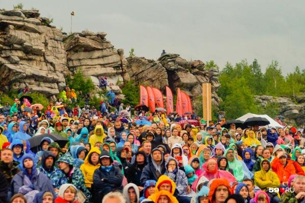 На фестиваль ежегодно собираются сотни зрителей. Дожди и непогода для них не помеха