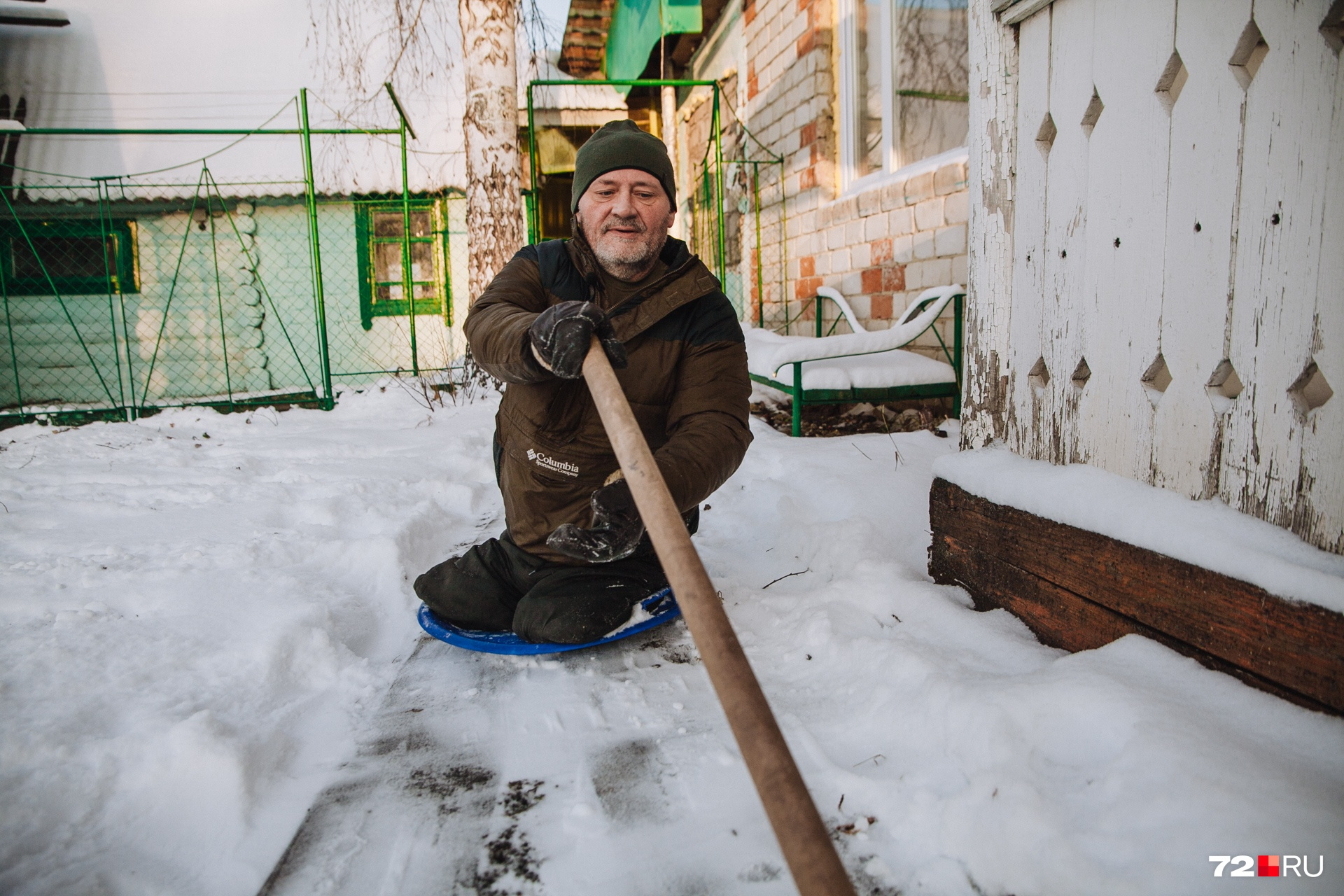 Мужчина передвигается зимой на детской ледянке. Так ему удобнее, чем на коляске. Протез поставить уже нельзя