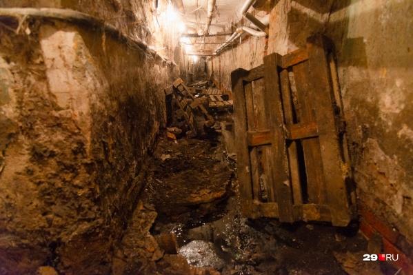Из-за постоянных подтоплений подвал дома выглядит, как фильм ужасов