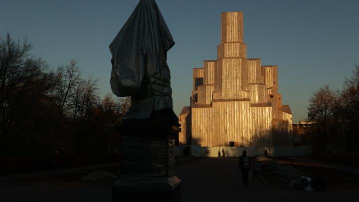 Памятник Александру II в Челябинске откроет православный олигарх Константин Малафеев. Монумент уже привезли на Алое Поле
