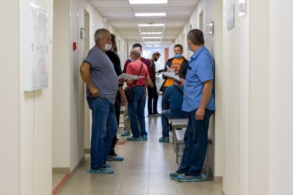 Непривитых сотрудников работодателя обяжут отстранять от работы