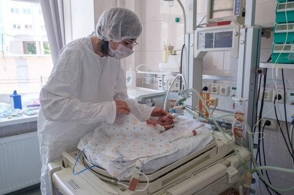 Эта малышка родилась весом менее килограмма и сейчас усиленно борется за свое здоровье
