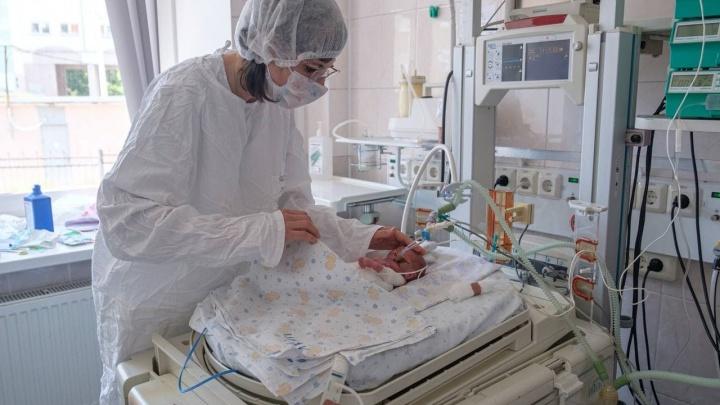Челябинские врачи прямо в палате спасли недоношенную девочку от риска ослепнуть