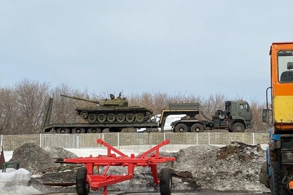 Военная техника остановилась на дороге