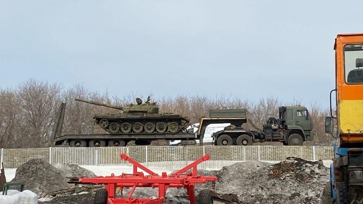 Военная техника остановилась рядом с продырявленной фурой на дороге под Новосибирском
