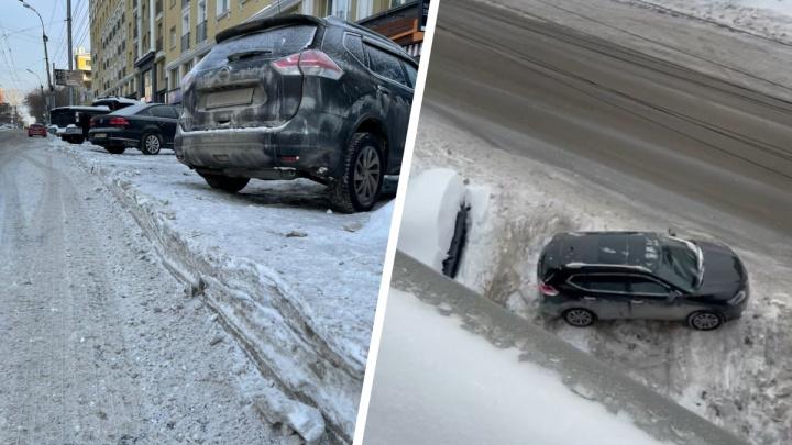 На Советской срезали снег возле парковки— видео, на котором машина не может съехать вниз на дорогу