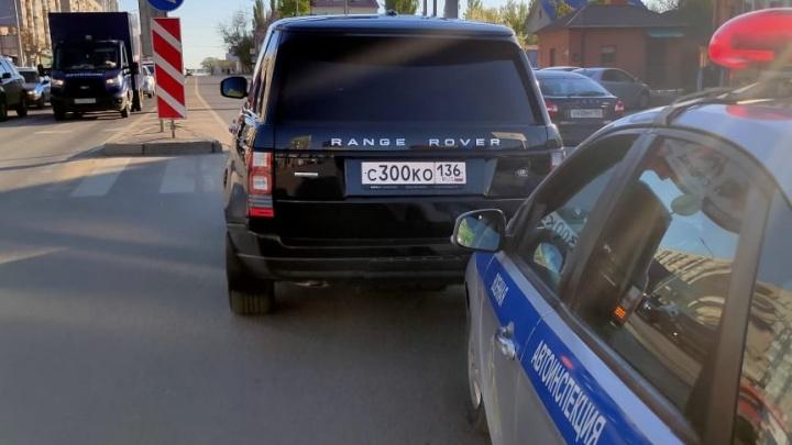 «Я дедушку пропускала»: в центре Волгограда военная автоинспекция разбила женщине Range Rover